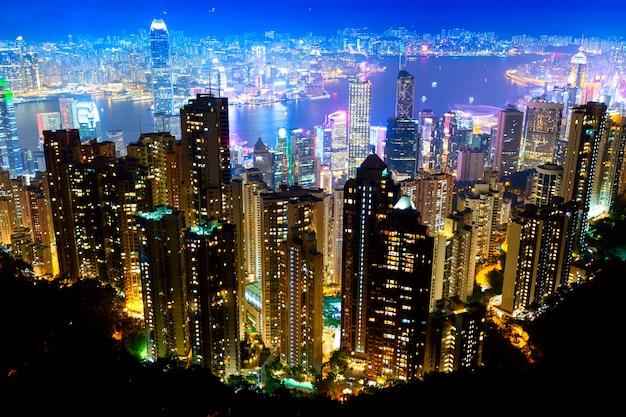 La vista más famosa de hong kong al atardecer crepuscular.