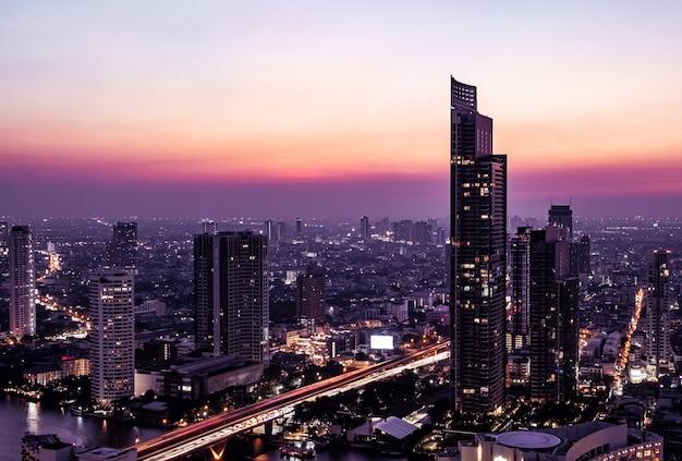 Vista de la medianoche del paisaje urbano de bangkok
