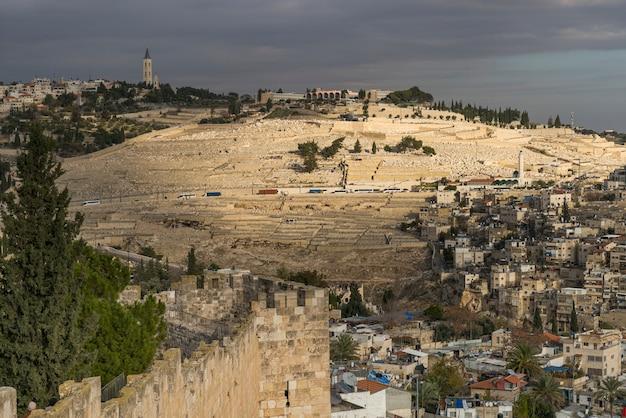 Vista del mercado árabe en la ciudad vieja de jerusalén con cementerio en el fondo, jerusalén, israel