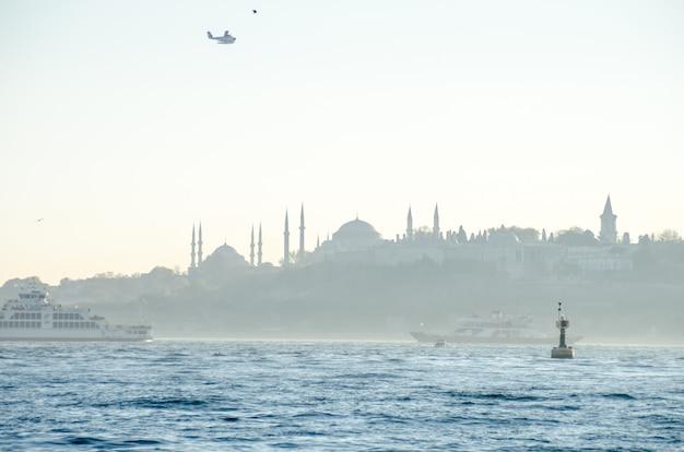 Vista de la mezquita azul, santa sofía y el palacio de topkapi desde el estrecho del bósforo