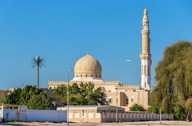 Vista de la mezquita de zabeel en dubai, emiratos árabes unidos