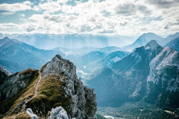 Vista desde mittelwalder a través de ferrata hacia el valle alpino