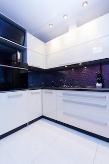 Vista de la moderna cocina blanca y violeta brillante