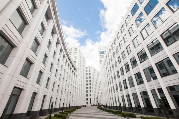Vista de modernos rascacielos en el distrito de negocios blanco