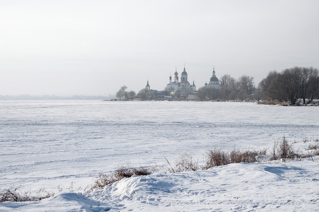 Vista del monasterio ortodoxo ruso en un paisaje nevado