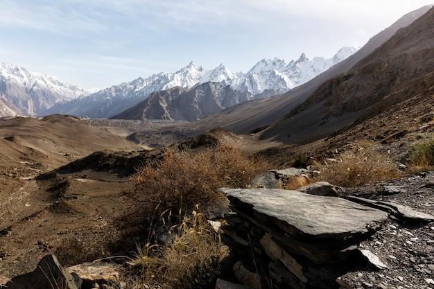 Vista a la montaña cerca del glaciar passue en pakistán