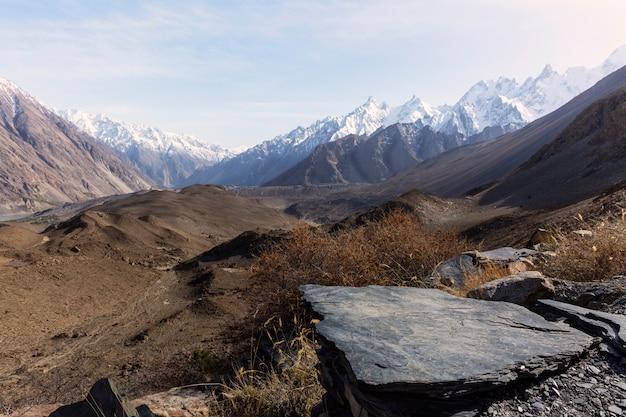 Vista a la montaña cerca del glaciar passue en pakistán.