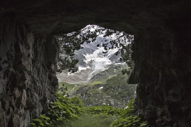 Vista de una montaña cubierta de nieve vista desde un túnel