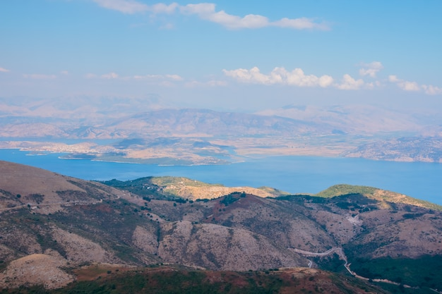 Vista a la montaña desde drone