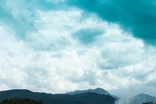 Vista a la montaña y hermoso cielo y hermosas nubes en el cielo azul