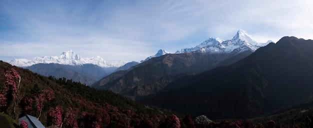 Vista a la montaña del himalaya desde el pueblo