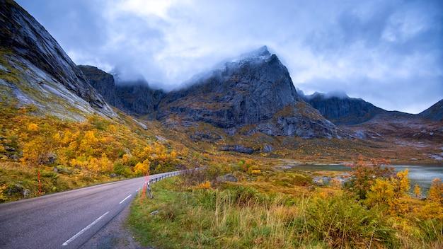 Vista a la montaña en las islas lofoten en día lluvioso