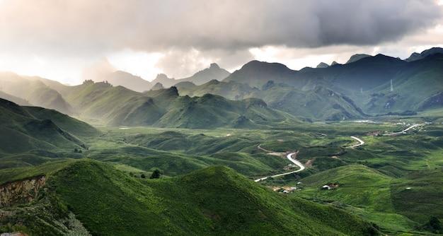 Vista a la montaña en el norte de laos