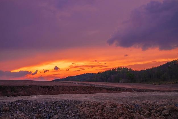 Vista a la montaña y puesta de sol