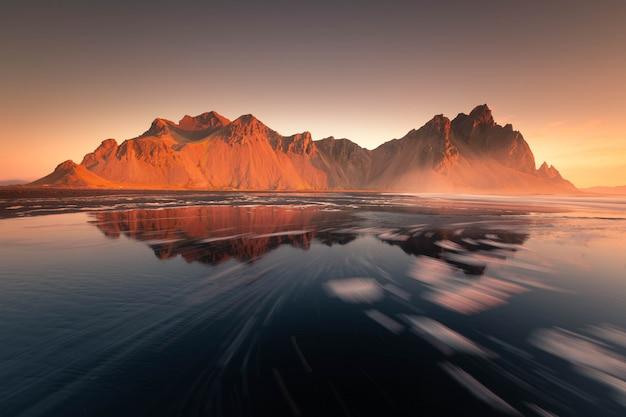Vista a la montaña vestrahorn desde la playa de stokksnes, islandia.