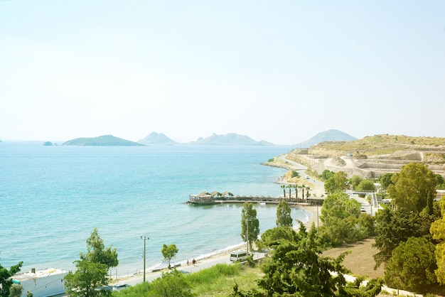 Vista desde las montañas hasta el mar, palmeras y caminos de la ciudad en un día soleado
