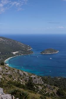 Vista desde las montañas hasta el mar y las rocas en palma de mallorca