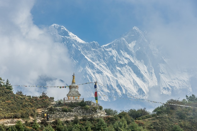 Vista del monte everest y nuptse con banderas de oración budistas de kala patthar en el nepal