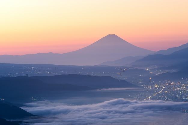 Vista del monte fuji y el mar de niebla sobre el lago suwa en la mañana desde el altiplano de takabochi