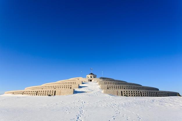 Una vista desde el monte grappa, el primer monumento a la guerra mundial, italia. panorama de invierno.