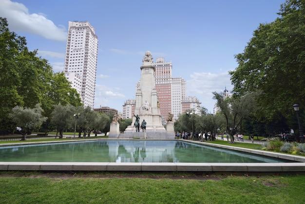Vista del monumento a miguel de cervantes en la plaza de españa.