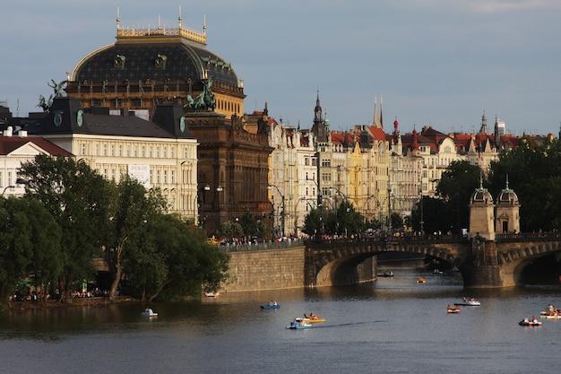 Vista de los monumentos del río en praga.