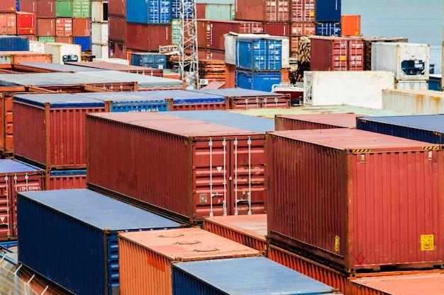 Vista de los muelles del contenedor para mercancías situados en lisboa, portugal.