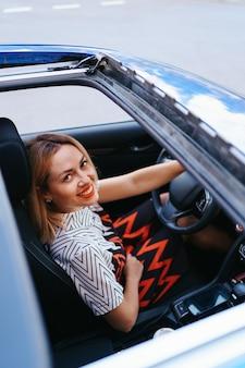 Vista de una mujer conduciendo a través del techo solar