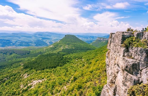 Vista desde el muro de piedra a las colinas y llanuras de la península de crimea