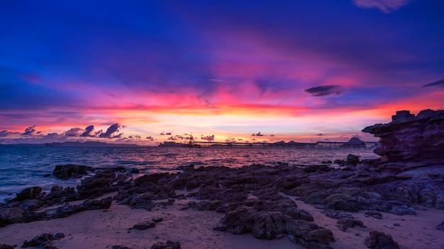 Vista de la naturaleza del paisaje, hermoso amanecer de luz o puesta de sol sobre el mar