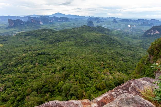 Vista de la naturaleza del paisaje, verano, una vista de las montañas en tailandia vista aérea drone disparó