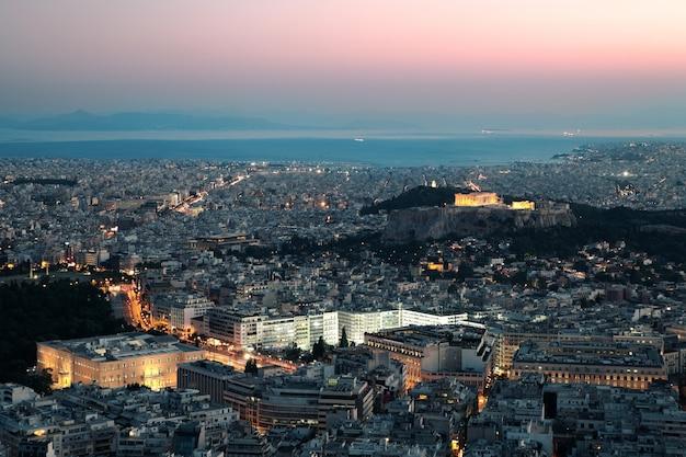 Vista nocturna de la acrópolis, atenas, grecia