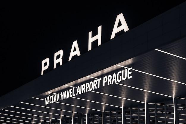 Vista nocturna del aeropuerto internacional de praga, república checa