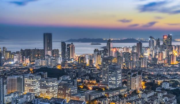 Vista nocturna de la arquitectura de la costa de qingdao y el horizonte urbano