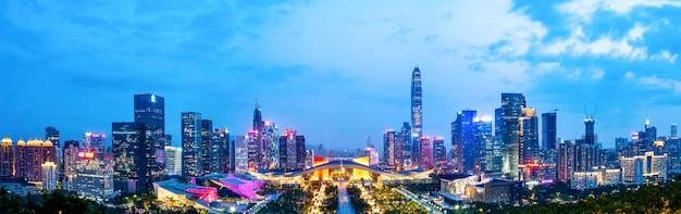 Vista nocturna de la arquitectura urbana en shenzhen