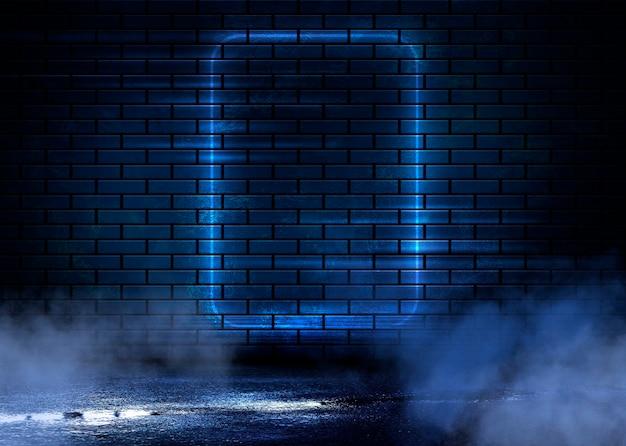Vista nocturna de una calle oscura, proyección abstracta en una pared vacía.