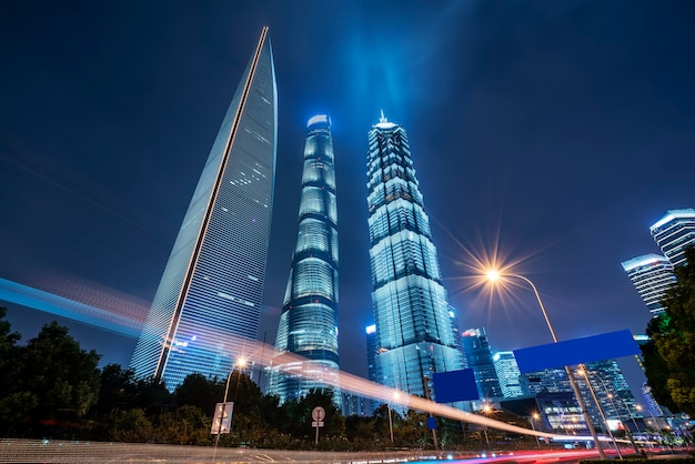 Vista nocturna de la calle urbana y edificio moderno en el distrito financiero de lujiazui, shanghai