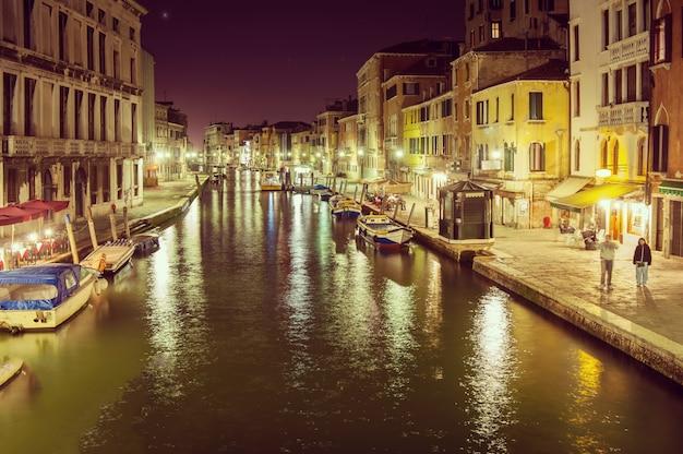 Vista nocturna de la calle en venecia