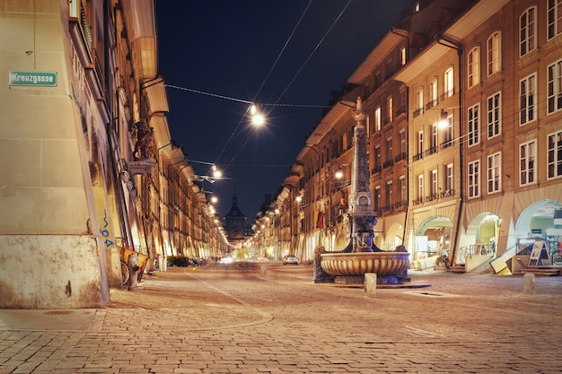 Vista nocturna en el callejón kramgasse en berna