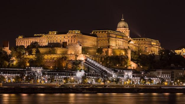 Vista nocturna del castillo real de budapest.