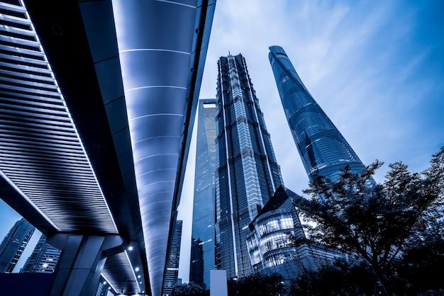 La vista nocturna de la ciudad y la arquitectura moderna del distrito financiero de shanghai lujiazui