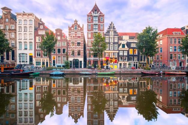 Vista nocturna de la ciudad del canal de amsterdam herengracht