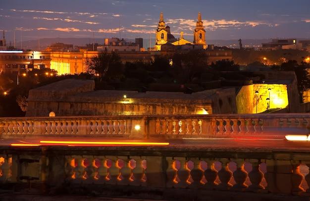 Vista nocturna de la ciudad de malta