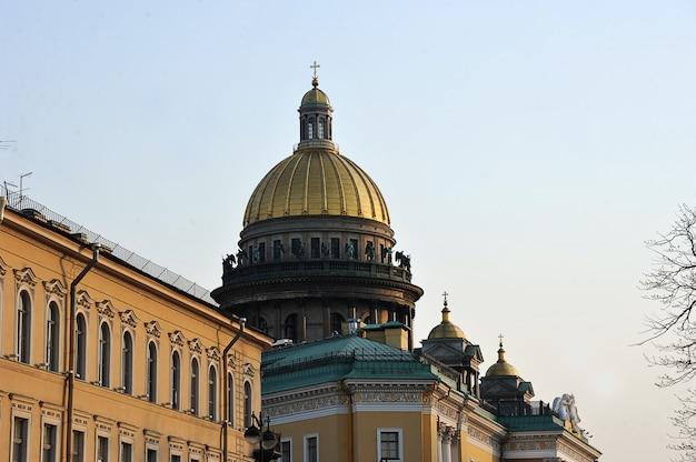 Vista nocturna de la cúpula de la catedral de san isaac en san petersburgo