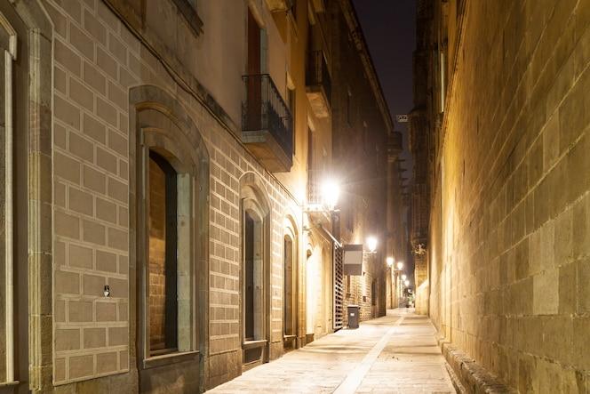 Vista nocturna de la calle estrecha de edad