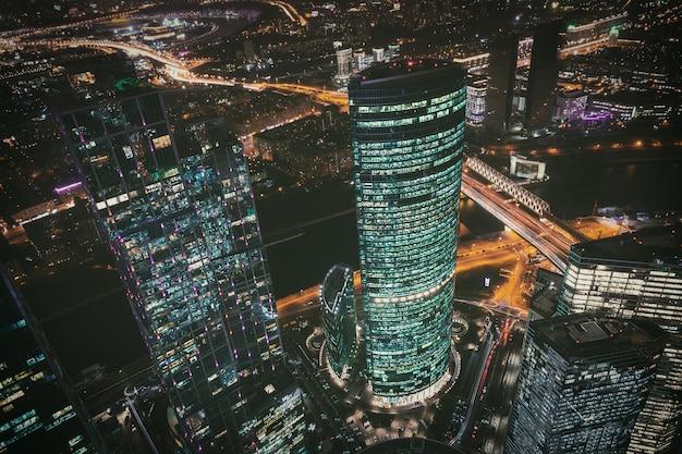 Vista nocturna del distrito financiero de la ciudad de moscú desde la plataforma de observación