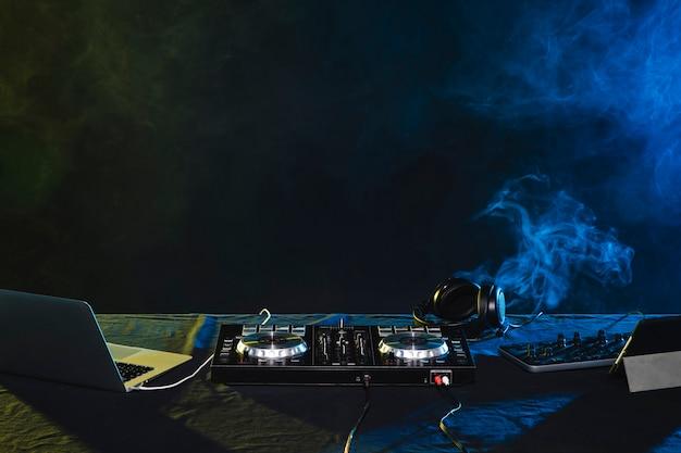 Vista nocturna de dj mix de entretenimiento para fiestas