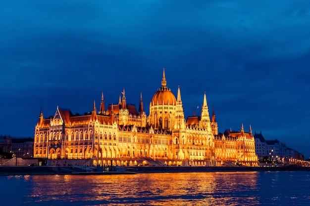 Vista nocturna del edificio del parlamento en budapest