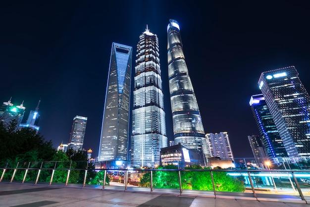 Vista nocturna de los edificios modernos de la ciudad.
