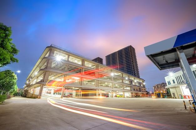 Vista nocturna de un estacionamiento de tres imensional